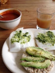 Lunch dag 1 met zelfgemaakte pesto en zelfgemaakte soep. En een zelfgeperst perensapje als toetje.